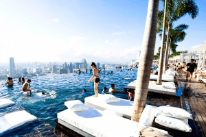 まるで空中に浮かぶ豪華客船!絶景プールが楽しめるホテル - Marina Bay Sands -