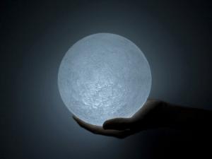 本当にリアルな月の明かりをあなたのお部屋に - The Moon -