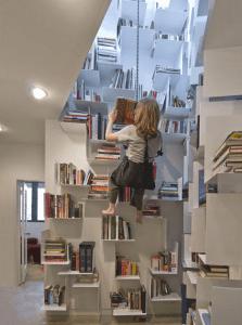 そびえ立つ本棚、ゴンドラのようなイスとともに - 40 Feet -