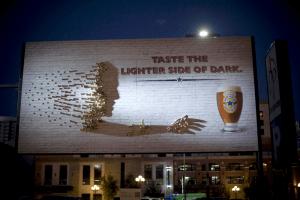 陽が沈めばついビールに手が出てしまう、ビックリする広告 - Newcastle -