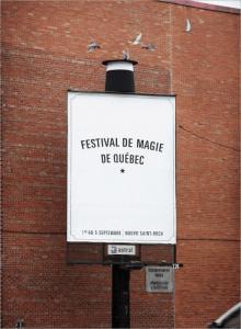 どうなってるの?!鳩が飛び出るマジックショーの看板 – Quebec magic festival -