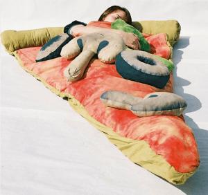ピザ好きにはたまらない、ピザと一体化できる寝袋 - Pizza Sleeping Bag -