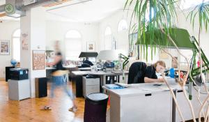 最小限の視界を遮ることで空間を仕切るシェード - Efi Office Space Divider -