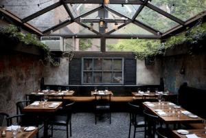 光のふりそそぐ荘厳な雰囲気のレストラン - August -