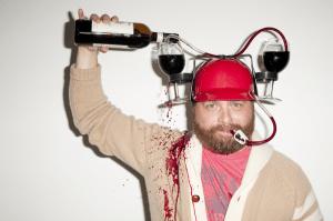 立食パーティにはもってこい!両手が自由になるヘルメット - Drinking Helmet -