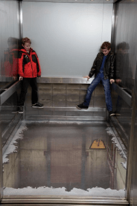もしも、乗ろうとしたエレベーターの床が抜けてしまっていたら - Elevator Illusion Shocks -