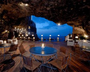 素敵な洞窟のレストランで海を眺めながら - Restaurant in a Cave -