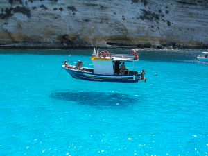 海が透明過ぎで何度見ても船が空を飛んでいるようにしか見えない - Boat Magically Floats Above Water -