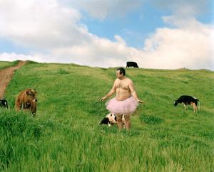 半裸チュチュ姿のシュールでかわいいおじさんの素晴らしいプロジェクト - The Tutu Project -