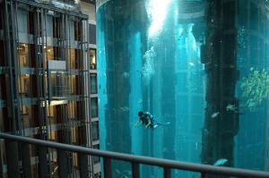 これは豪華なホテル!巨大過ぎる円筒水族館 - AquaDom -