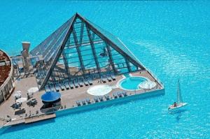 でかっ!海でもビーチでもない湖のようなプール - This Is Not A Beach -