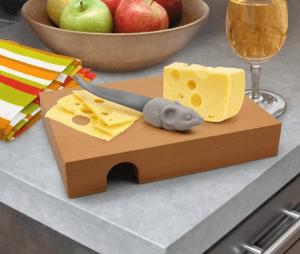 ひょっこり顔出すネズミがカワイイ!おちゃめなチーズカッティングボード - Nibble Cheese Board -