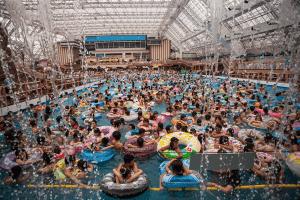 これは酷い!世界で一番混んでいる波のプール - The World's Most Crowded Wave Pool -