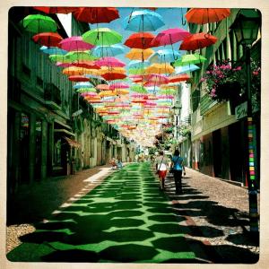 壮観!おとぎ話のような空に敷きつめられたカラフルな傘 - Umbrella Sky -
