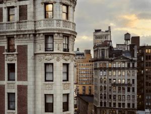 覗き見しているみたいでちょっとドキドキ!ニューヨークの隣人 - Out My Window -