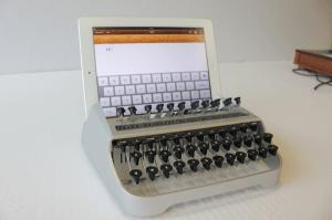 本当に自己満足の世界。iPadでタイプライター気分を味わうキーボード - iTypewriter -