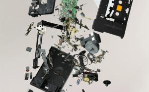 部品単位まで分解された電化製品 - Disassembled Objects -