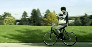 器用に自転車を乗る男とバックパック – FREITAG F48 HAZZARD Backpack  -