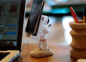 交信している姿がかわいい!スマホを担いだ宇宙飛行士と通信兵 - Astronaut Smartphone Stand -