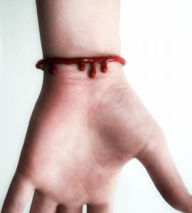 【閲覧注意】ちょっとリアルで怖い。流血が生々しいブレスレット - Out For Blood Bracelet -