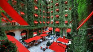赤い日よけと生い茂るツタの中庭が素敵すぎるパリの豪華ホテル – Hôtel Plaza Athénée Paris –