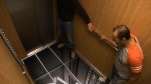 心臓が止まるかもしれない。突然床が抜けるエレベーター - So real it's crazy -
