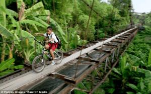 これは死人が出ちゃうレベル。危険すぎる地上数百メートルの極細の橋 - Children use an aqueduct -