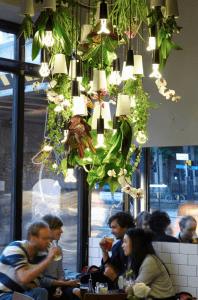 行ってみたい!プランターと照明の組み合わせがオシャレすぎるシャンデリアのカフェ - Plumen x Boskke -