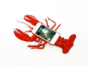これを使う人の気が知れない。。ロブスター型iPhoneケース - Lobster Mobile Telephone Case -