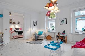 絶妙な色使い!カラフルなのに白基調で明るくカワイイお部屋 - Bright Apartment in Vasastan -