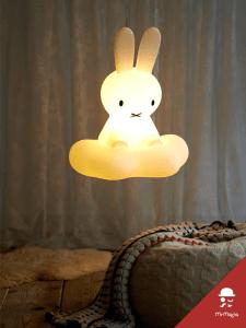 雲の上に乗る姿がカワイイ!夢の国へいざなうミッフィーのランプ - Miffy dream lamp -