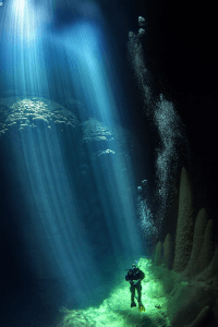 神秘的な美しさ!1年のうち数日だけ光の差す洞窟の海底 – Magical Underwater World -