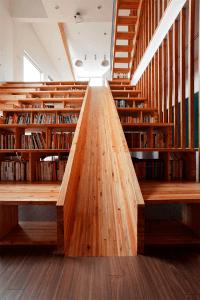 楽しそう!遊び心いっぱいの滑り台のある図書館のような家 - Library Slide