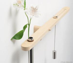 これなら水やりも忘れない!花の渇きを視覚化するおしゃれな花瓶 - Water Balance vase