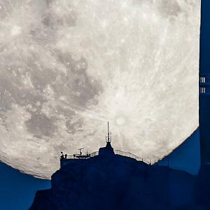月でかっ!!スイスで観測されたスーパームーンがゴージャスすぎる - Supermoon Rising Above a Swiss Peak