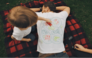 これ考えた人は天才だ!究極にくつろげて本当に楽できるTシャツ - Playtime Back T-Shirt
