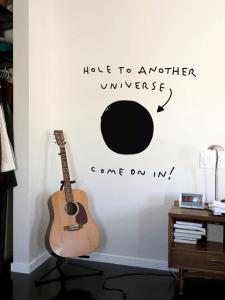 向こう側を妄想したくなる!裏の世界へ繋がっているかのようなウォールステッカー - Hole to Another Universe Decal
