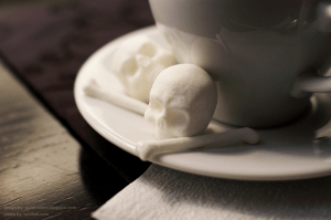 朝の目覚めには冗談キツい。リアルな頭蓋骨の形をした角砂糖 - Skull-and-Bones Sugar Cubes