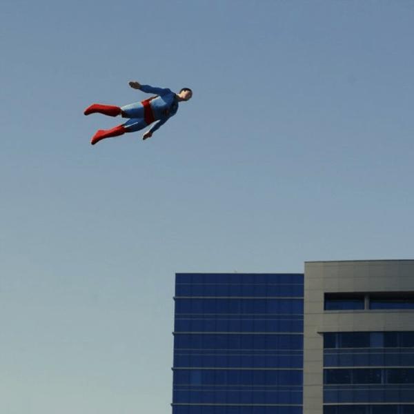 ちょっとした騒ぎになっちゃいそう。。空飛ぶラジコンスーパーマン - Flyguy
