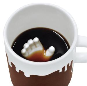 ビックリする! ほの暗いコーヒーの底からアレが顔出すマグカップ - Hand in Mug