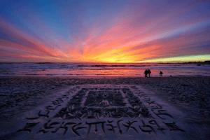 これは消せない!神秘的ですごすぎる砂浜に描くカリグラフィ - Amazing Beach Calligraphy