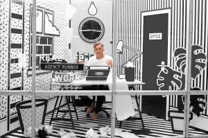 変な会社!まるでアニメの世界のようなポップな丸見えオフィス - Real Life London Pop Art Office