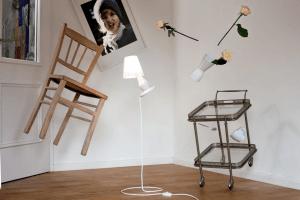 本当に宙に浮いてる!無重力状態で浮いている不思議なランプ - FlapFlap°10
