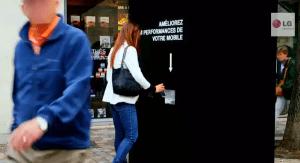 ある意味お化け屋敷より怖い。。「あなたの携帯をグレードアップします」プロモがすごい - LG Electronics France G2 promotions