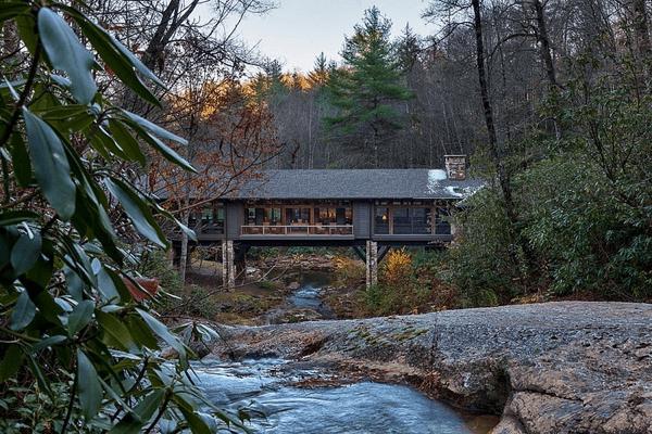 川のせせらぎの音で毎日癒されたい!川の上にかけられた橋のような家 - Bridge House