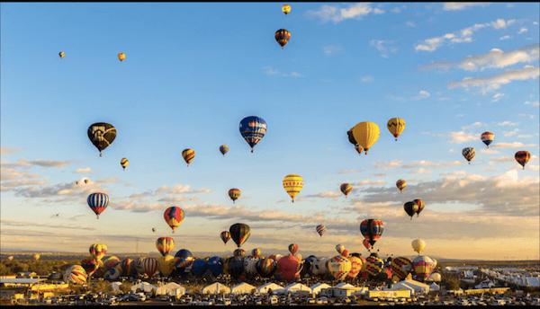 圧巻!700機以上の気球が色鮮やかに舞うバルーンフェスタのタイムラプス映像 - Albuquerque Balloon Fiesta