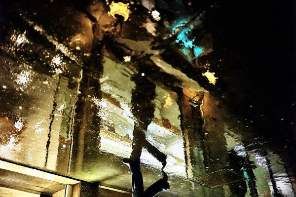 もう一つの世界がある気がする!雨降る街の水たまりの向こう側 - Beautiful Rainy Day Reflections