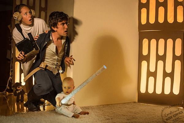 赤ちゃんの表情がカワイイ! 映画の主人公になりきる家族の写真 - Cardboard Box Office