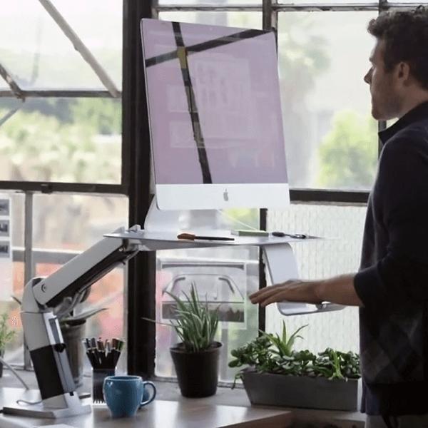 立っても座ってもどちらでも、机上もスッキリ片付くオシャレなパソコンデスクアーム - Ergotron WorkFit-A