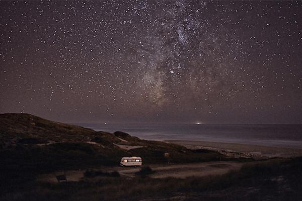 まるで絵本の世界。星空の旅を続けるキャンピングカー - A Van in the Sea